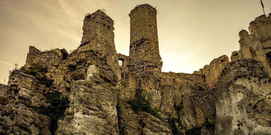 ruiny zamku leżącego na Jurze Krakowsko-Częstochowskiej, wybudowanego w systemie tzw. Orlich Gniazd, we wsi Podzamcze w województwie śląskim, w powiecie zawierciańskim, około 2 km na wschód od Ogrodz