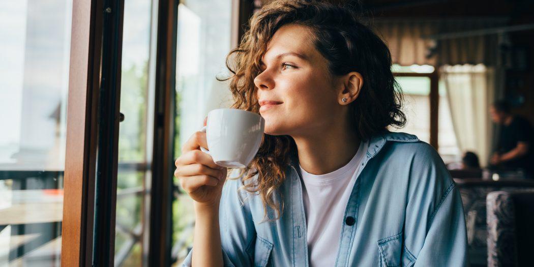 spokojna kobieta patrząca w okno