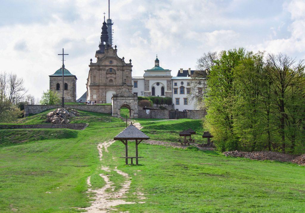 Klasztor i bazylika Świętego Krzyża na Łysej Górze w Górach Świętokrzyskich
