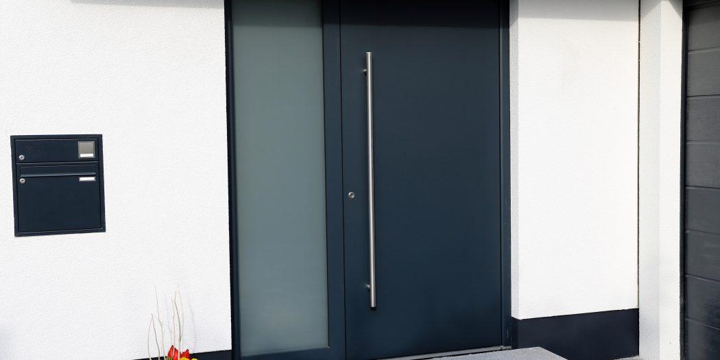 szare drzwi zewnętrzne
