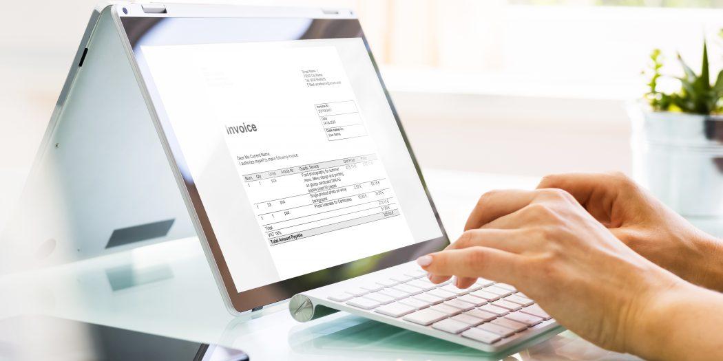 widok na fakturę na laptopie