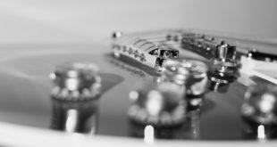 zbliżenie na gitarę elektryczną