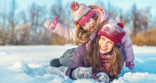 matka z córką zabawa na śniegu