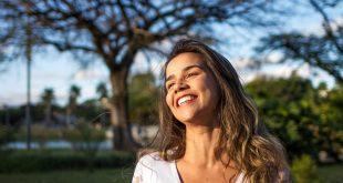 Uśmiechnięta kobieta prowadząca zdrowy styl życia