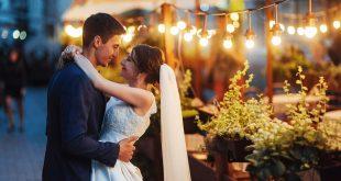 zakochani nowożeńcy na weselu