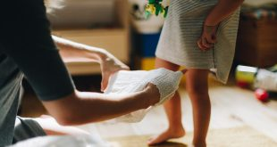 zakładanie pieluchomajtek dziecku