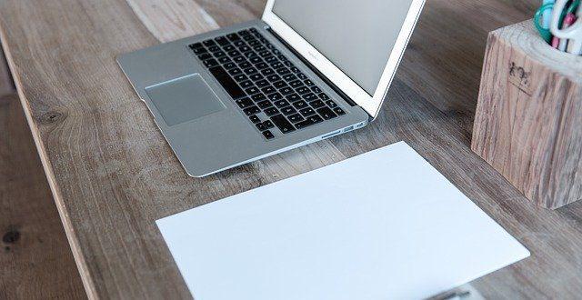 laptop biurko drewniane akcesoria