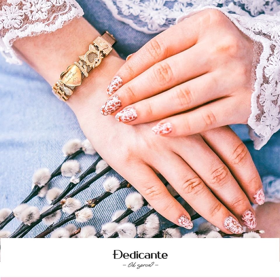 bransoletka z charmsami na dłoni kobiecej