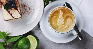 ciastko i kawa cappuccino