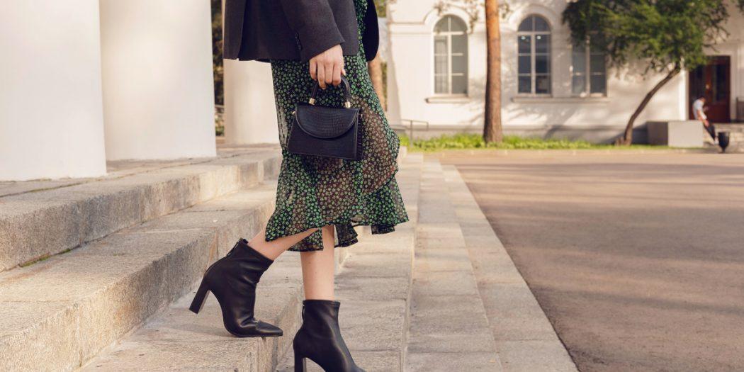 kobieta w czarnych eleganckich botkach
