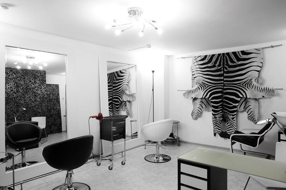 czarno biały salon fryzjerski
