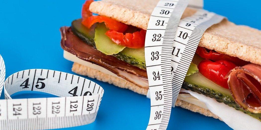 kanapka owinięta centymetrem