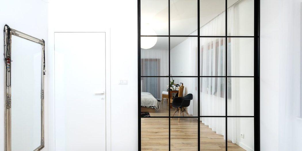 przeszklone drzwi w kratkę w sypialni