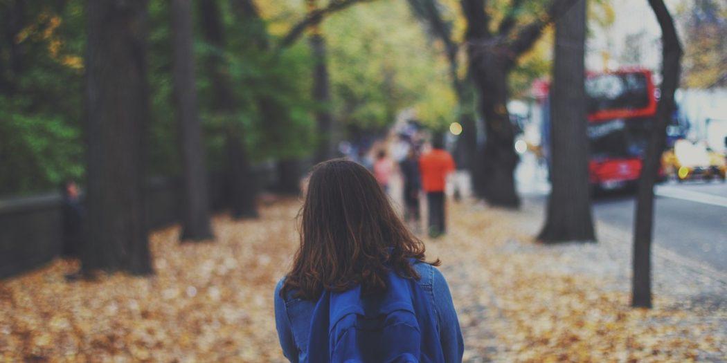 dziecko idące z plecakiem do szkoły