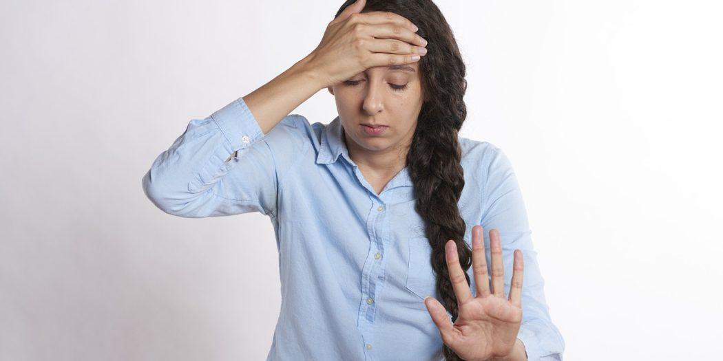 młoda dziewczyna z bólem głowy
