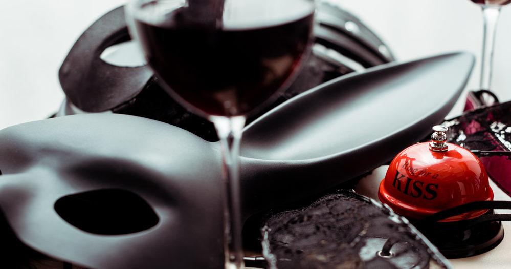 gadżety erotyczne przy kieliszkach wina