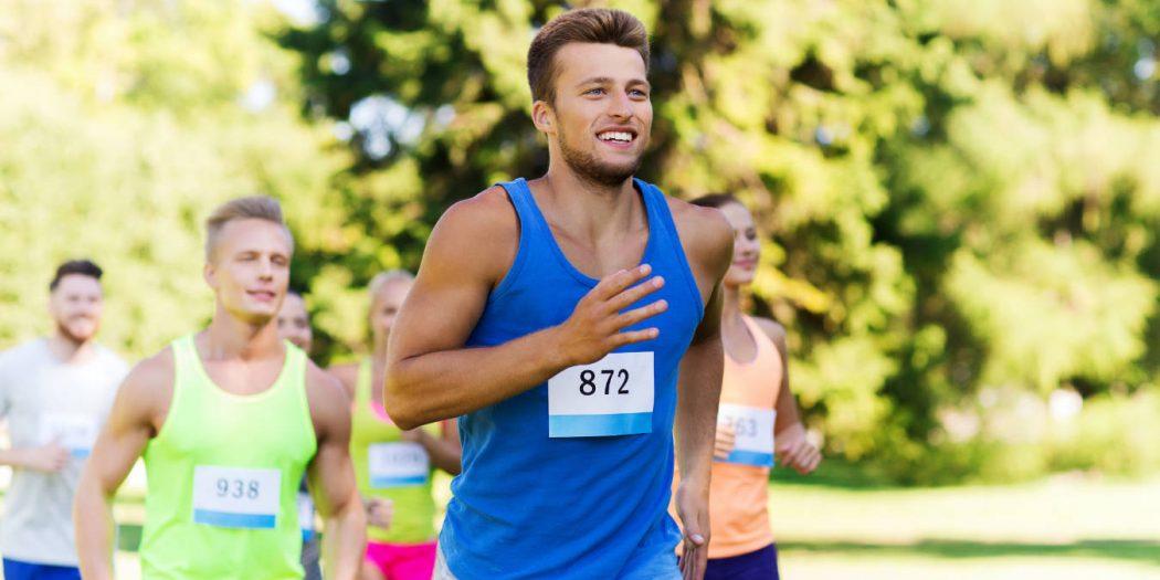 młody biegacz biegnący latem