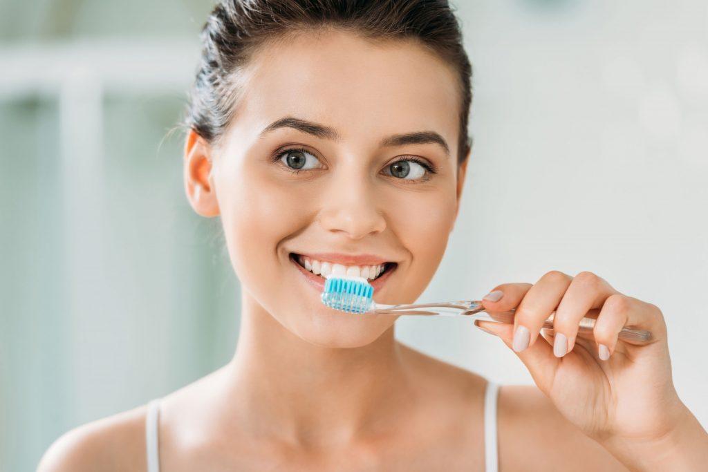 kobieta szczotkująca zęby
