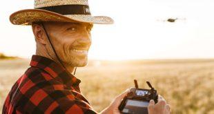 mężczyzna z dronem