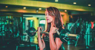 kobieta ćwicząca z obciążeniem
