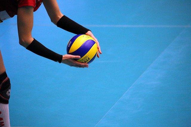 kobieta grająca w siatkówkę na boisku
