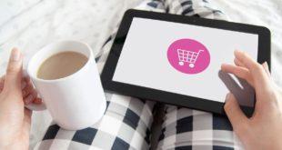 kobieta robiąca zakupy online na tablecie
