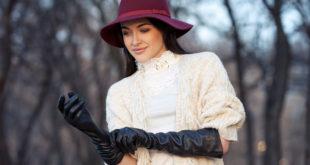 Kobieta we fioletowym kapeluszu i skórzanych rękawiczkach