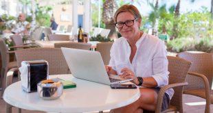 kobieta w kawiarni przy komputerze