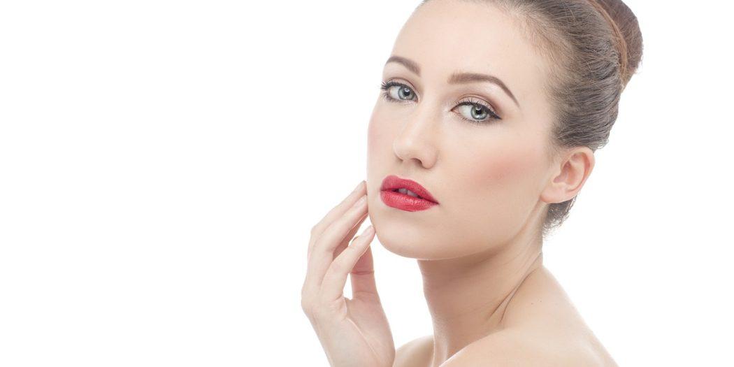 kobieta w koczku i dziennym makijażu