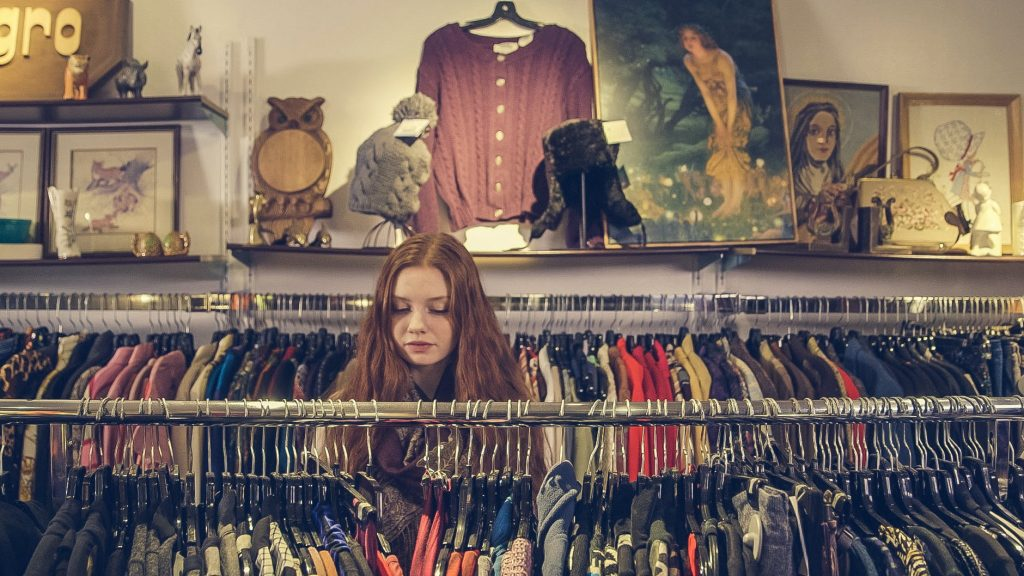 kobieta w sklepie z ubraniami