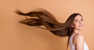 kobieta z długimi pięknymi włosami