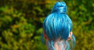 kobieta z błękitnymi włosami