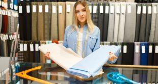 kobieta z tkaninami