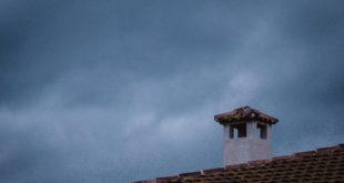 Komin na dachu domu