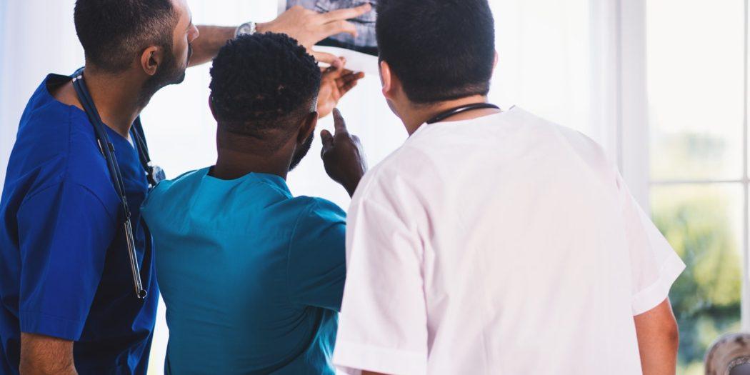 Lekarze przy zdjęciu rentgenowskim
