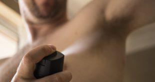 mężczyzna stosujący dezodorant
