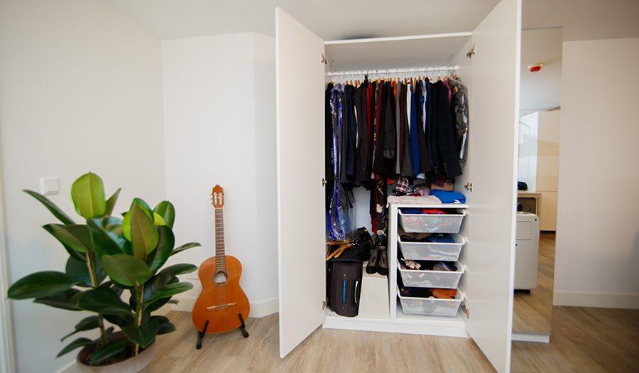 minimalistyczna szafa do przedpokoju