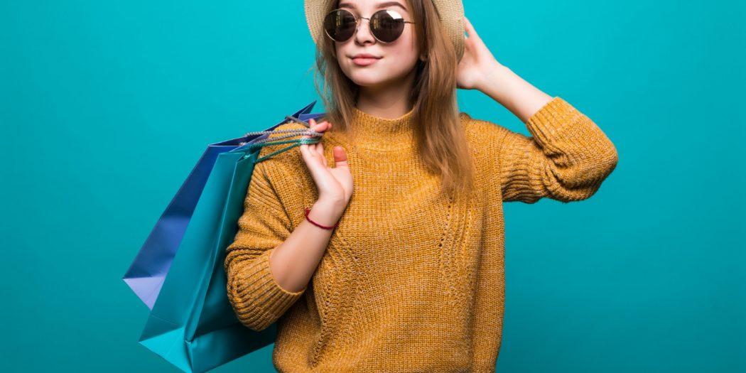 młoda kobieta w okularach przeciwsłonecznych trendy zakupowe