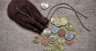 monety wysypane z sakiewki
