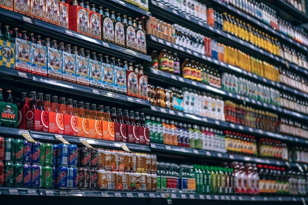 napoje na półkach w sklepie