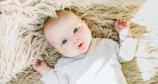 niemowlę na kocyku bambusowym