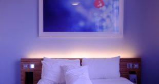 niewielka przytulna sypialnia w kolorach błękitu