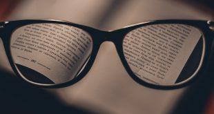 okulary na książce