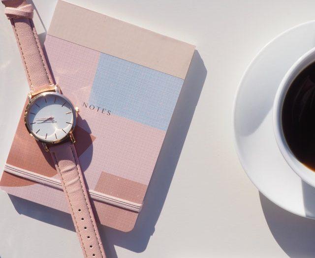pastelowy skórzany zegarek różowy