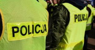 policjanci w kamizelkach