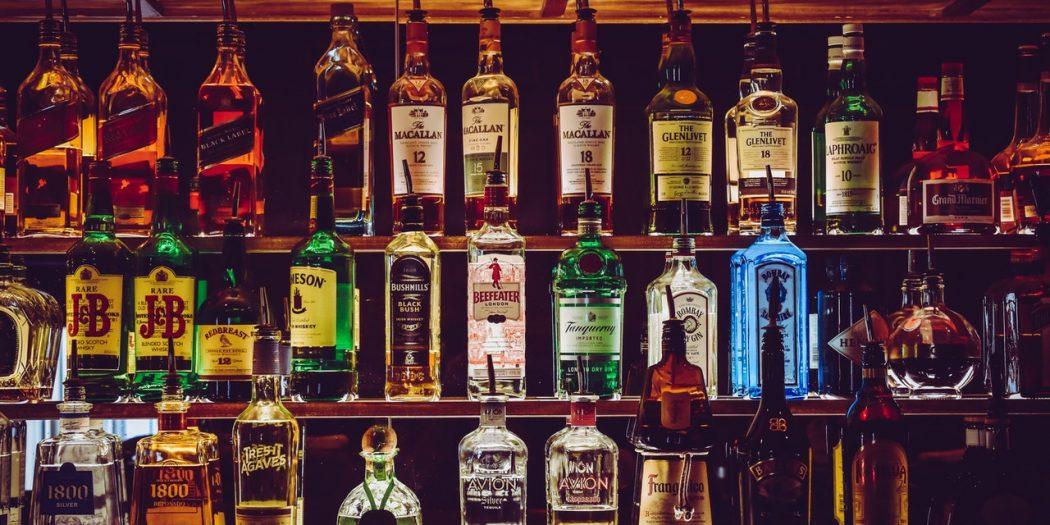 półka z alkoholem