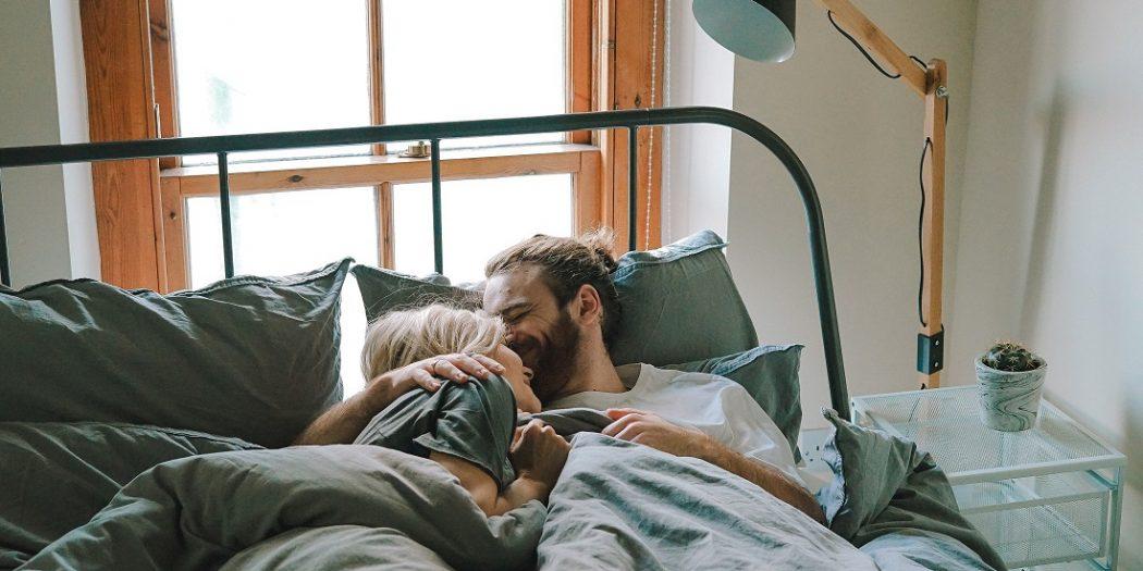 przytuleni hipsterzy w łóżku