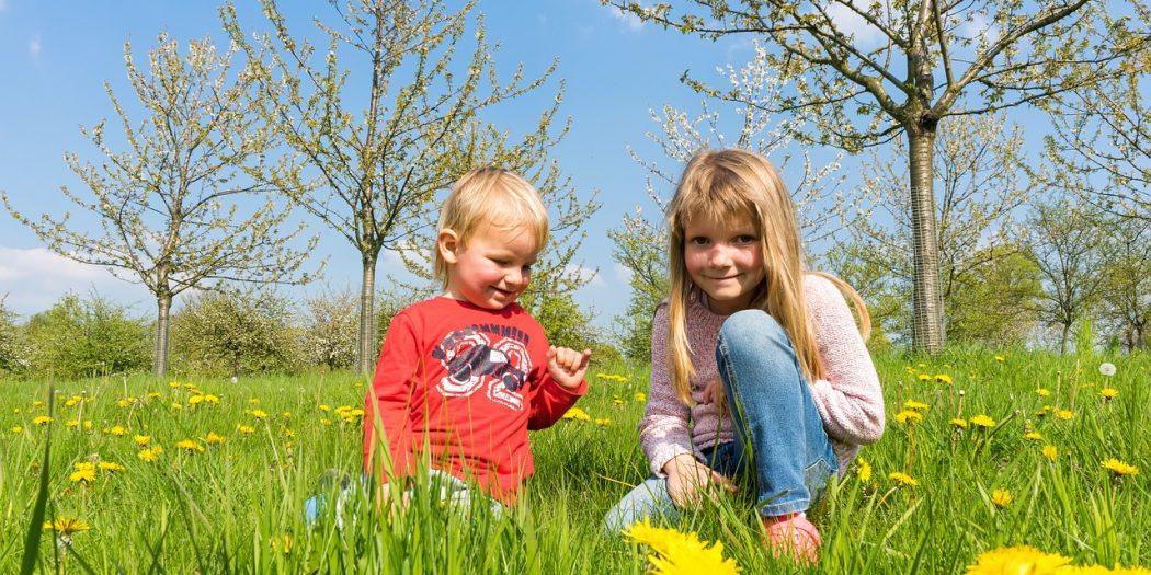 dzieci w wiosennej garderobie