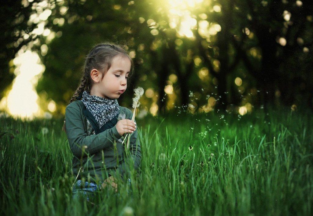dziewczynka zabawa na trawie