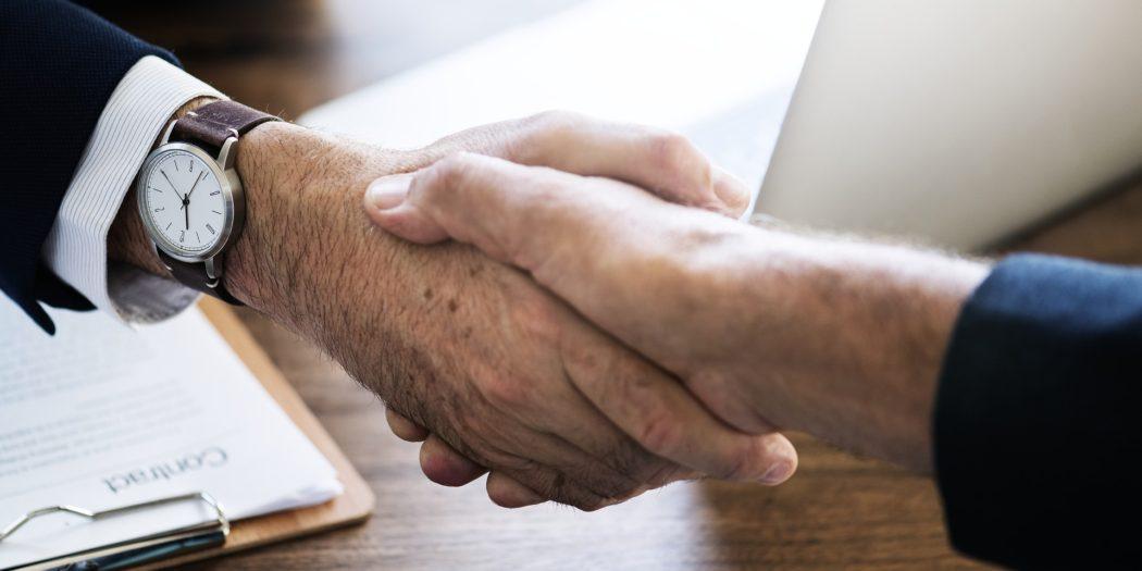 Relacje biznesowe uścisk dłoni